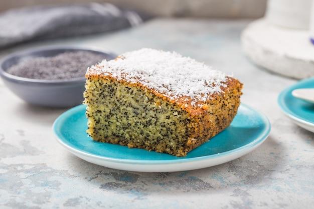 Türkisches dessert revani mit mohn. traditionelle süße.