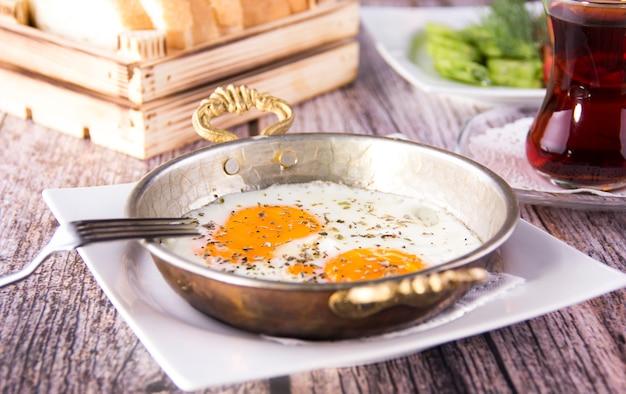 Türkisches frühstück - spiegelei, brot und tee - bild