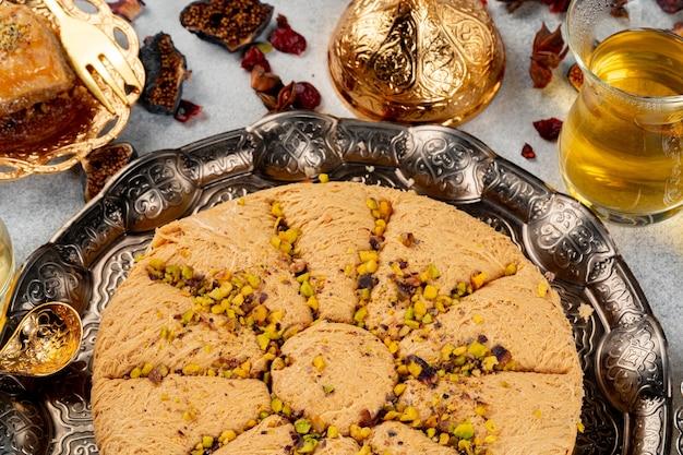 Türkisches gebäck und verstreute trockenfrüchte auf dem tisch
