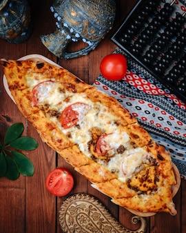 Türkisches gericht mit käse und tomaten
