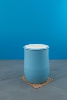 Türkisches getränk ayran oder kefir in einem blauen keramikkrug