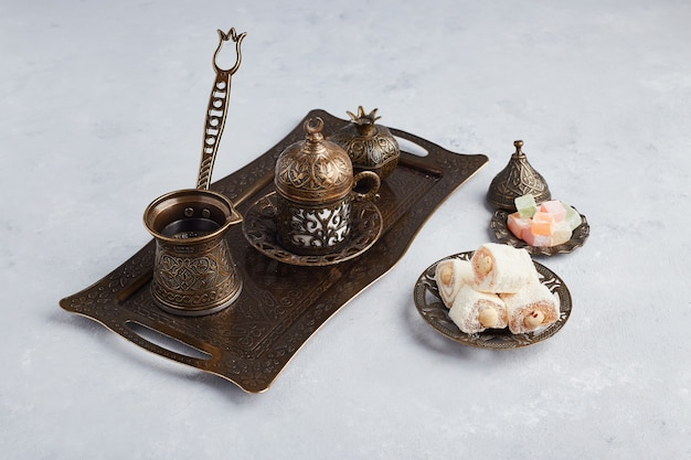Türkisches kaffeeset mit gelee und lokum.