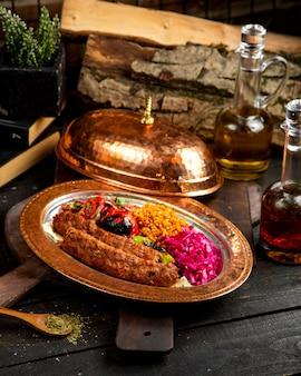Türkisches köfté ™ mit bulgur und gemüse