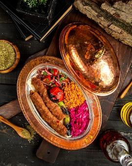 Türkisches köfté ™ mit draufsicht des bulgurs und des gemüses