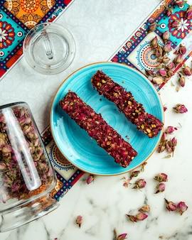 Türkisches lokum mit getrockneten blüten