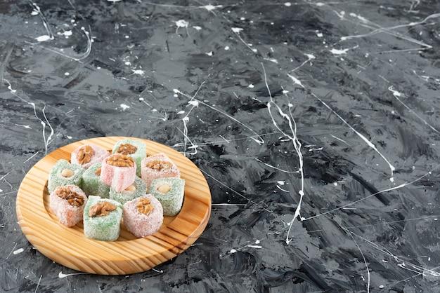 Türkisches lokum mit walnuss auf marmoroberfläche Premium Fotos