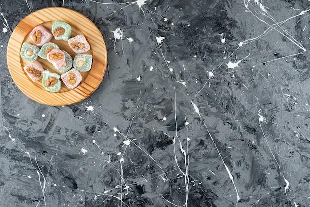 Türkisches lokum mit walnuss auf marmoroberfläche