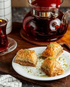Türkisches pakhlava mit schwarzem tee