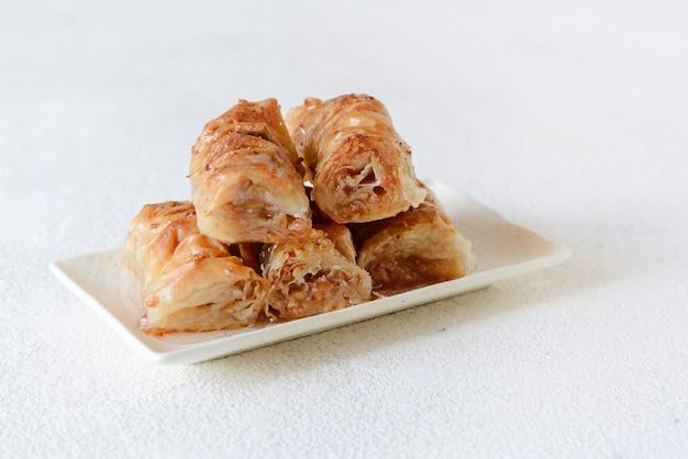 Türkisches ramadan dessert baklava mit walnuss, erdnüssen und honigsirup. orientalische oder arabische gerichte. traditioneller arabischer nachtisch