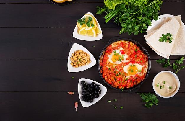 Türkisches shakshuka mit oliven, käse und gemüse