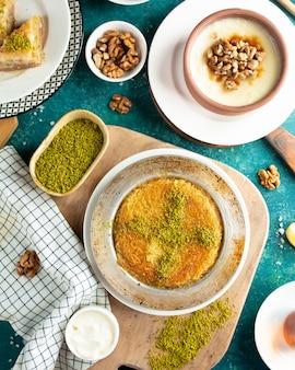 Türkisches traditionelles kunefe auf hölzernem brett