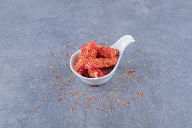 Türkisches vergnügen rahat lokum mit pistazien und trockenen rosinen auf grauem hintergrund.