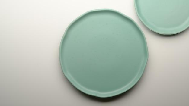 Türkisfarbene keramikplatten und kopierraum auf weißem esstisch