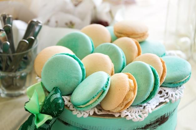 Türkisfarbene macarons. hochzeitstorten und desserts