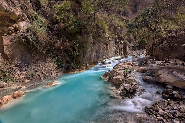 Türkisfarbener thermalfluss