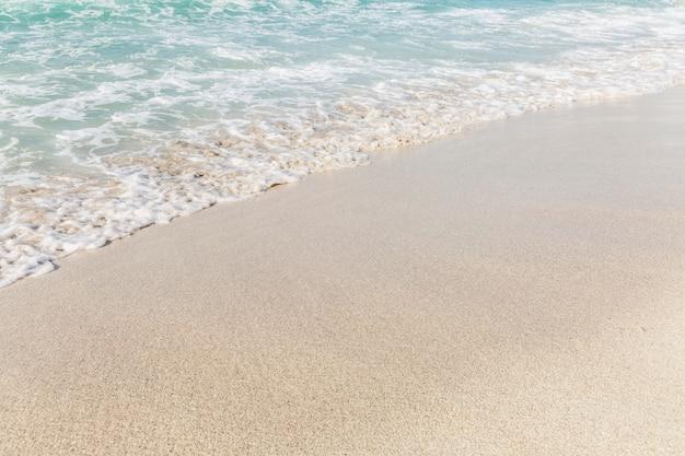 Türkisfarbenes meer mit schaumigen wellen an einem sandstrand. tourismus und reisen. platz für text.