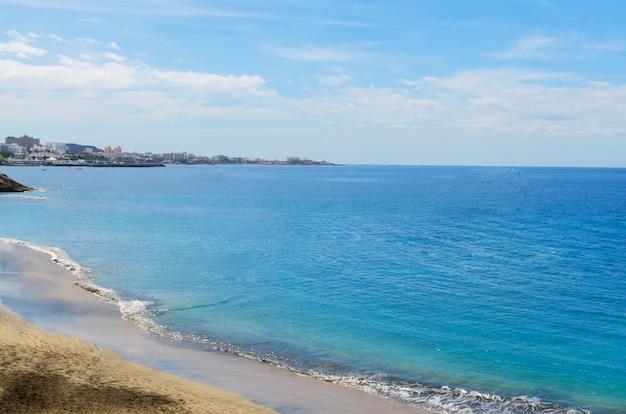 Türkisfarbenes meerwasser oder küstenblick. lebendiger hintergrund der sommerzeit und des feiertagskonzepts mit kopienraum.