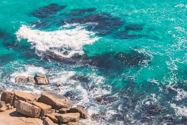 Türkisfarbenes meerwasser und die felsen, natürliches hintergrundbild