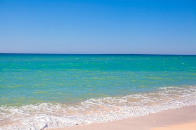 Türkisfarbenes wasser am perfekten tropischen strand mit weißem sand