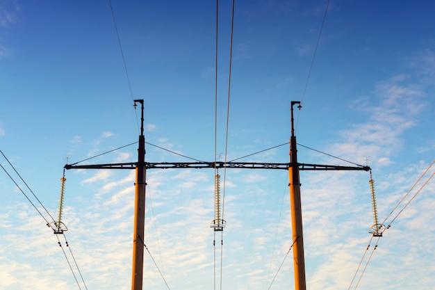 Türme und hochspannungsdrähte gegen den blauen himmel. elektrisches netz
