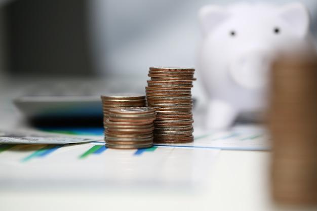Türme von münzen auf hintergrundbüro.