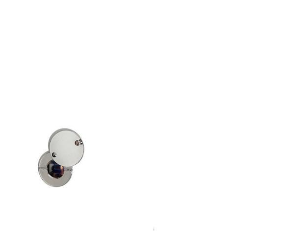 Türspion auf einem isolierenden weißen hintergrund. von der ausgangsseite des raumes. sicherheitsvideoüberwachungskonzepte sind solider weißer raum. platz für text, bildunterschrift oder logo