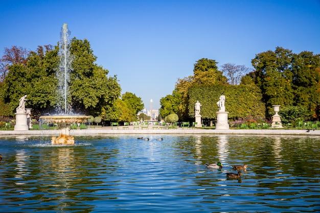 Tuileries gartenteich, obelisk und triumphbogen, paris, frankreich