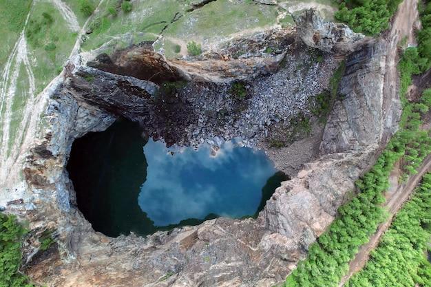 Tuimsky doline, eingestürzte mine, ansicht von oben. der entstandene see im fels.