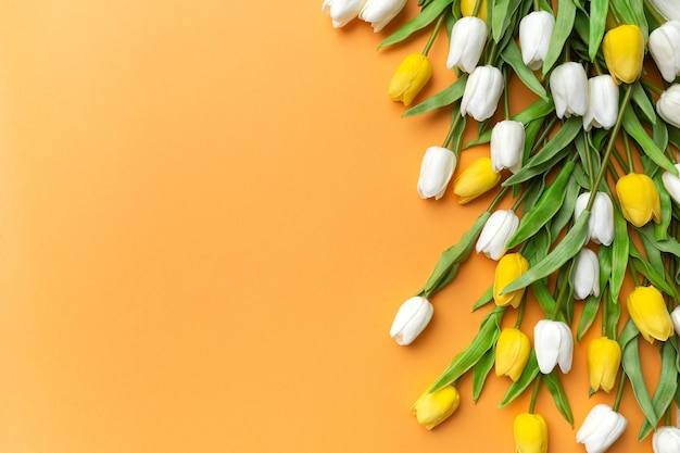 Tulpe blumen zusammensetzung orange hintergrund draufsicht kopierraum für text konzept frühling grußkarte einladung komposition overhead