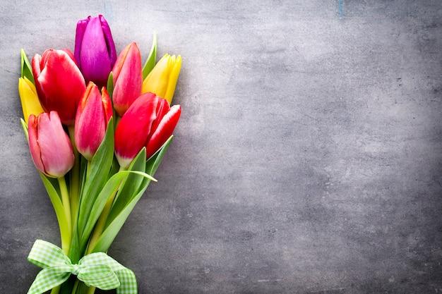 Tulpen auf dem grauen hintergrund.