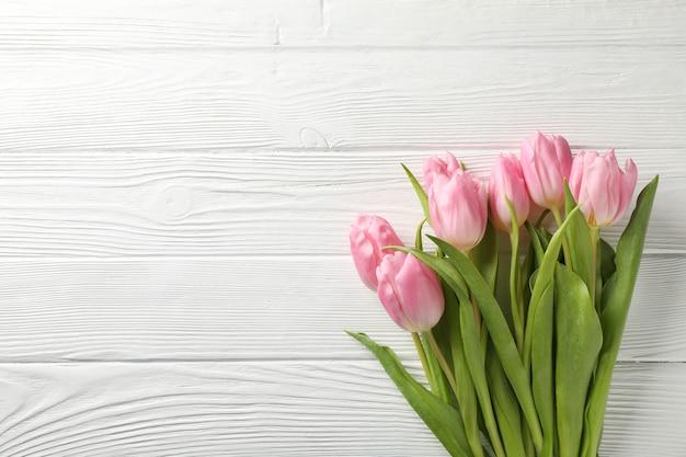 Tulpen auf weißem hölzernem hintergrund, raum für text