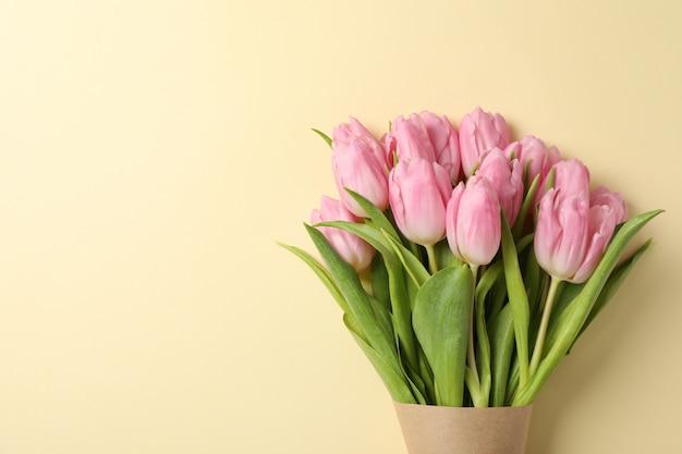 Tulpen im bastelpapier auf beigem hintergrund, platz für text