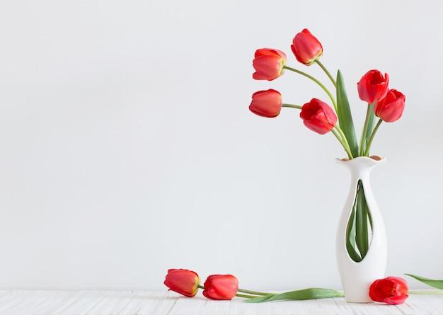 Tulpen in einer vase auf einem weißen raum