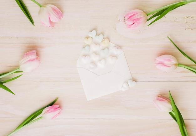 Tulpen mit umschlag und kleinen herzen