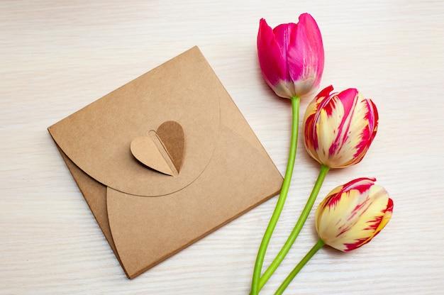 Tulpen und kisten mit geschenken