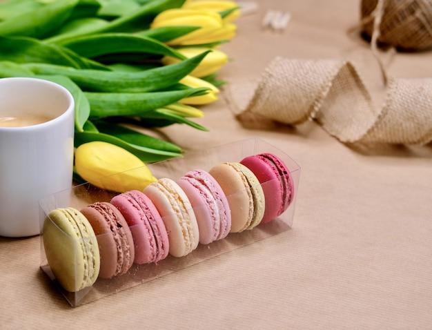 Tulpen und macarons.