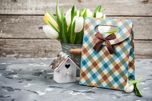 Tulpen, vogelhaus und ein geschenkpaket