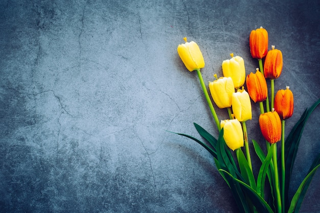 Tulpen werden auf einen holzboden gelegt.