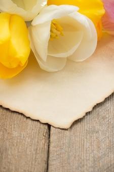 Tulpenblumen auf holz und altem texturpapier
