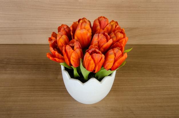 Tulpenblumen gegen hölzernen hintergrund