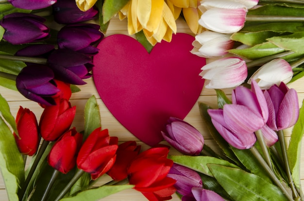 Tulpenblumen vereinbart mit copyspace für ihren text