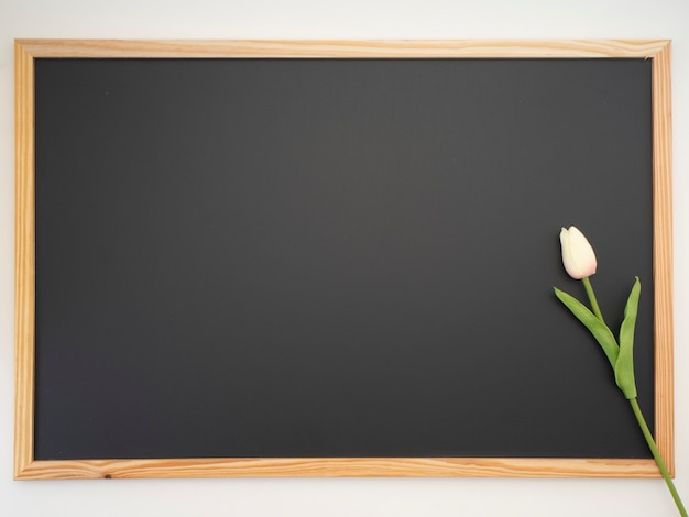 Tulpenblumenstrauß gesetzt auf den tafelrahmen