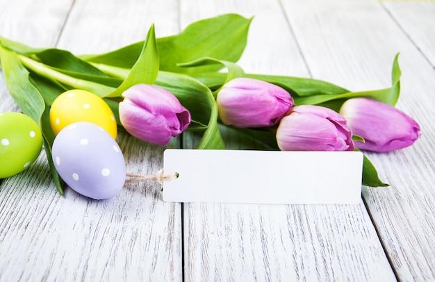 Tulpenblumenstrauß und leere grußosterkarte