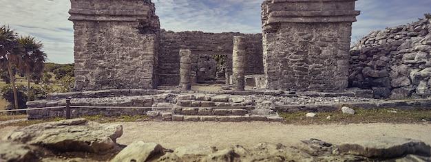Tulum-ruinen in mexiko-fahnenbild mit kopienraum,