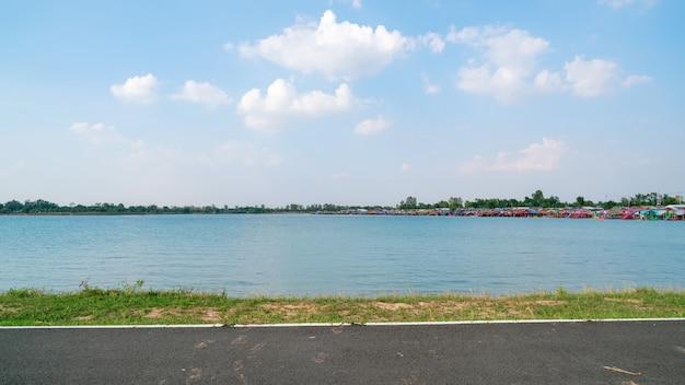Tungkula see mit blauem himmel in surin thailand.