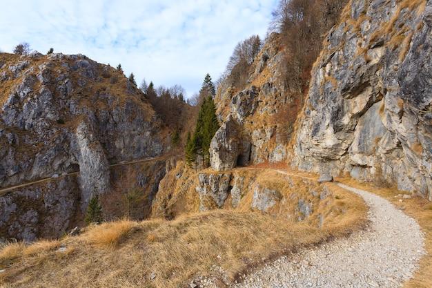 Tunnel im felsen entlang eines wanderwegs, italienische alpen