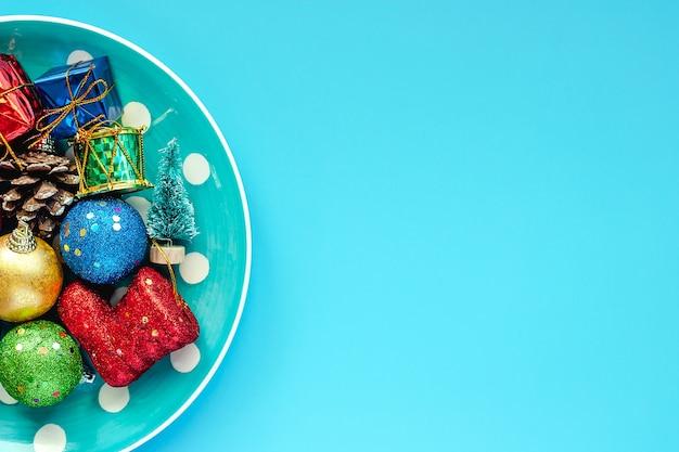 Tupfenplatte von weihnachtsverzierungen auf blauem hintergrund für weihnachtstag und feiertage concep