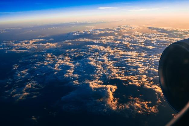 Turbine des flugzeugs gegen bewölkten himmel bei sonnenaufgang