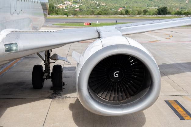 Turbine des maschinenflugzeuges 737-400 im tropischen flughafenhintergrund.