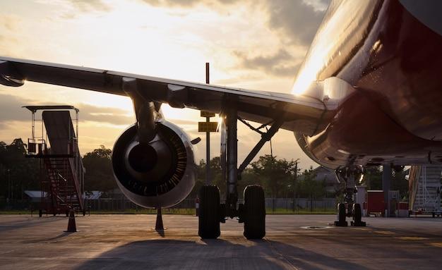 Turbine des maschinenflugzeuges im flughafenhintergrund.
